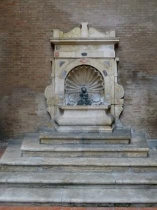 Palazzo dell Arengo - Fontanella col putto